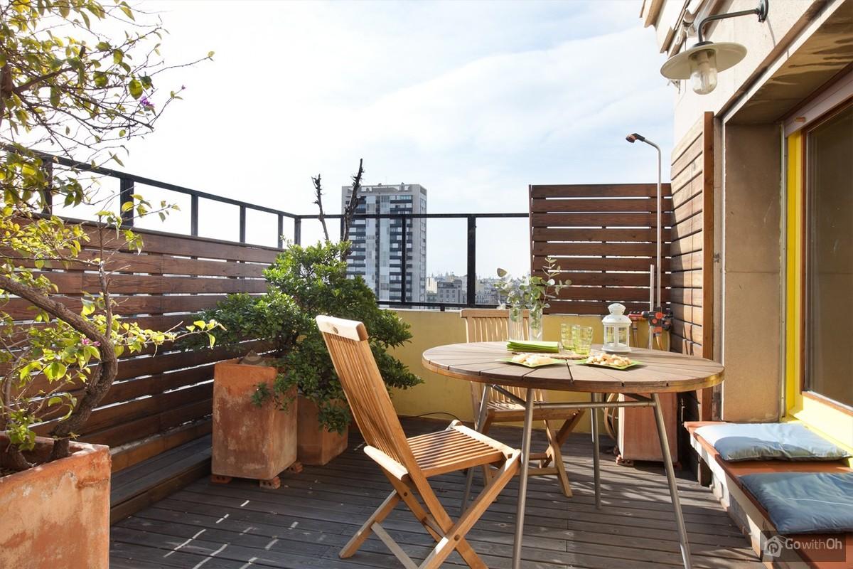 Lumineus Appartement Met Terras In Een Woonwijk.