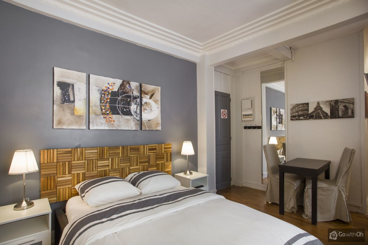 Table A Langer Escalier paris vacation rentals: studio close to the eiffel tower